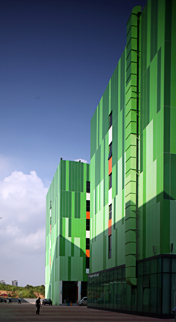 Within the compound, all facades show dramatic and dynamic colour effects while exposing to the subtropical sunshine in Shenzhen.