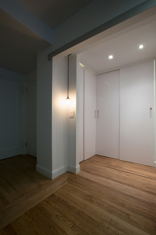 At the opposite side of the kitchen, next to the entrance of the studio, Minimal USA designed the closet.