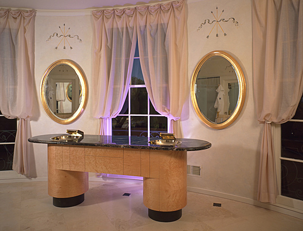 San Rafael. Villa Altura Pompeian. Freestanding birdseye vanity.