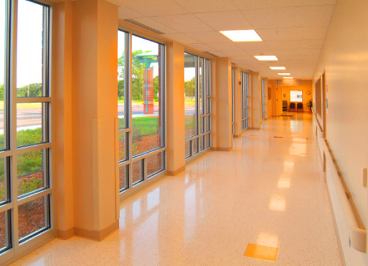 Single loaded corridor admitting natural light into the hospital. This assists in effective wayfinding. 