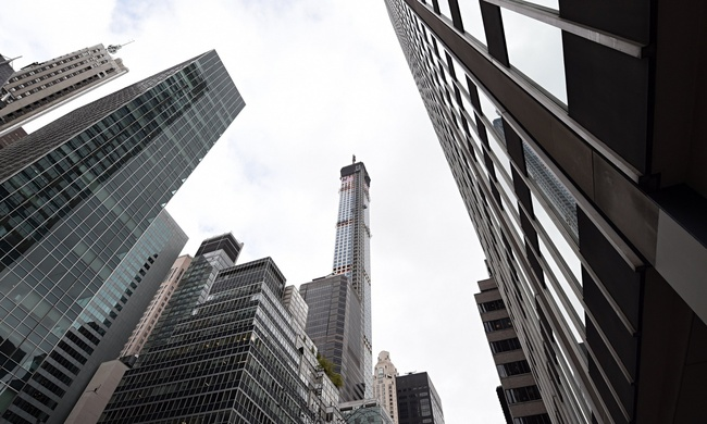 A $95M penthouse atop Manhattan's 432 Park Avenue buys you a healthy amount of natural light — at the expense of the not-so-well-off city residents. (Photo: Timothy A. Clary/AFP; Image via theguardian.com)