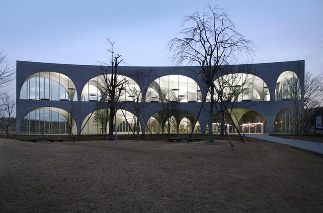 Tama Art University Library (Hachiōji campus), 2004—2007, Hachioji-shi, Tokyo, Japan Photo by Tomio Ohashi