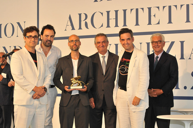 Golden Lion for the Best Project (from left): Alfredo Brillembourg, Urban-Think Tank; Iwan Baan; Justin McGuirk; Lorenzo Ornaghi, Minister of Cultural Heritage and Activities; Hubert Klumpner, Urban-Think Tank; Paolo Baratta, President of la Biennale di Venezia (Photo: Giorgio Zucchiatti)