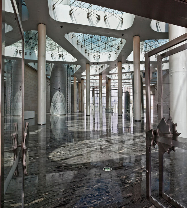 The main entrance foyer with the light columns, the transparent roof and the butterfly door handles on the main entrance doors. (Photo: Kari Palsila)