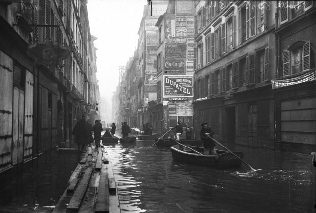 In 1910, the Seine rose some 26 inches and flooded the city of Paris. Image via wikimedia.org