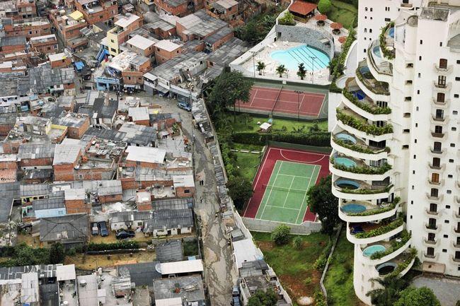 Tuca Vieira, Paraisópolis favela bordering the affluent district of Morumbi, São Paulo, 2008 © Tuca Vieira