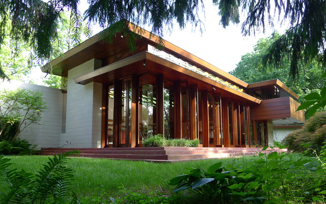 The Frank Lloyd Wright-designed Bachman WIlson House, completed in 1956, at its original location in Millstone, NJ before it was painstakingly deconstructed and shipped to Bentonville, Arkansas for reconstruction. (Image: Tarantino Studio, via curbed.com)
