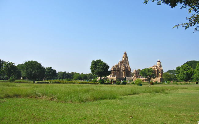 The spacious lawns of Parc de la Khajuraho