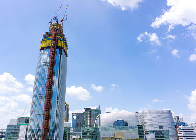 Lotte World Tower is currently under construction in Seoul and aims to become the world's sixth tallest at a height of 1,824 ft/556 m. Severe safety concerns have been troubling the project though. (Image via Wikipedia)