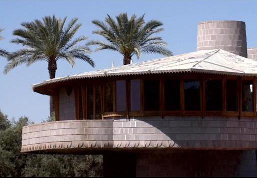 This 1952 Frank Lloyd Wright house in Phoenix' Arcadia neighborhood isn't making its neighbors too happy. (Image: KPHO/KTVK; via azfamily.com)