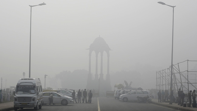 Fog off, Beijing: Delhi's air pollution is now considered to be the worst in the world. (Photo: Reuters/Adnan Abidi; via qz.com)