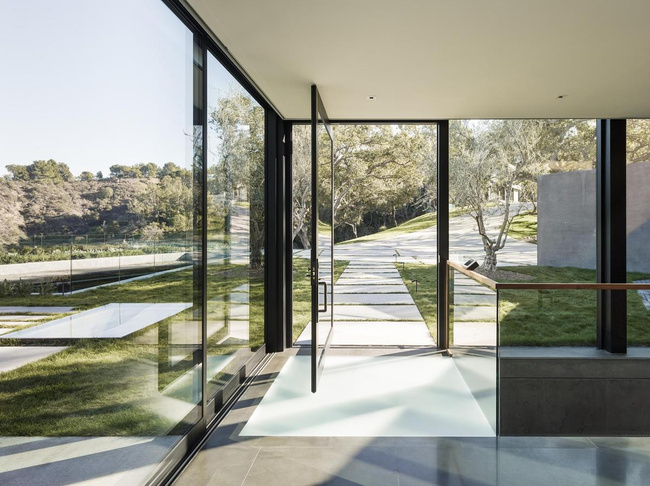 Oak Pass Main House in Beverly Hills, CA by Walker Workshop; Photo: Joe Fletcher
