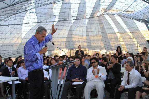 Eric Owen Moss speaking at a past SCI-Arc graduation. Image via blogs.kcrw.com.