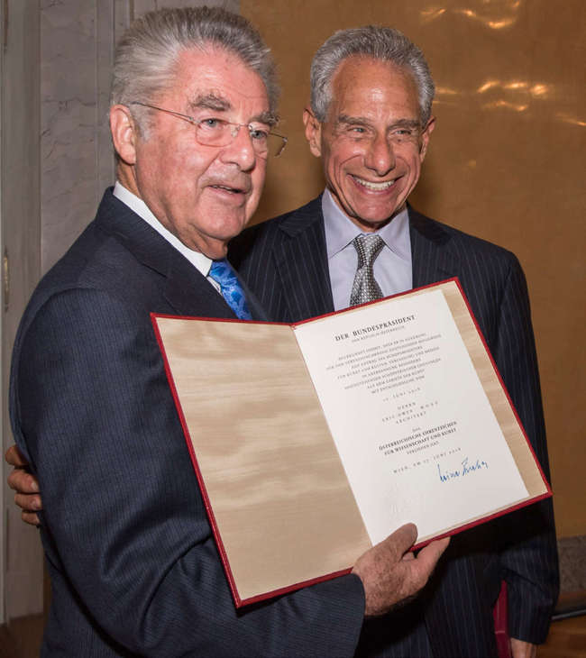 Eric Owen Moss receives his award from Austrian Federal President Heinz Fischer. Image: Sci-Arc.