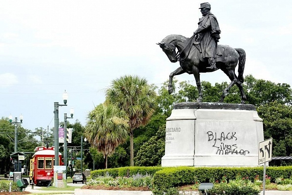 """A statue of Confederate General P.G.T. Beauregard in New Orleans with """"Black Lives Matter"""" spray-painted on its plinth. Photo: New Orleans Advocate/ELIOT KAMENITZ, via theartnewspaper.com"""
