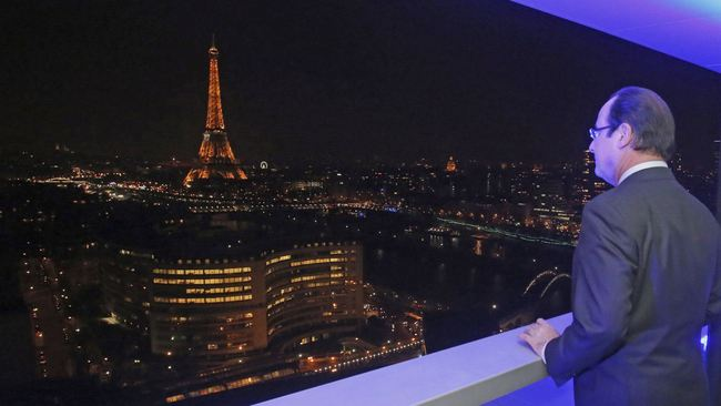 A view best admired without a camera. (via qz.com; Photo: Reuters/Remy de la Mauviniere)