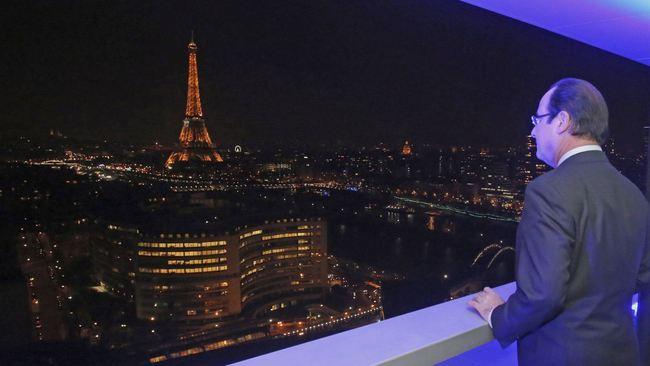 A view best admired without a camera. (via qz.com; Photo: Reuters/Remy de la Mauviniere)
