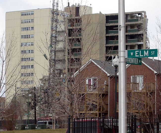 Two images of affordable housing in Chicago: recently-built housing in front of the William Green Homes, under demolition in 2005. Credit: Wikipedia