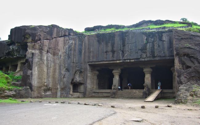 The prodigious western entrance of Dhumar Lena
