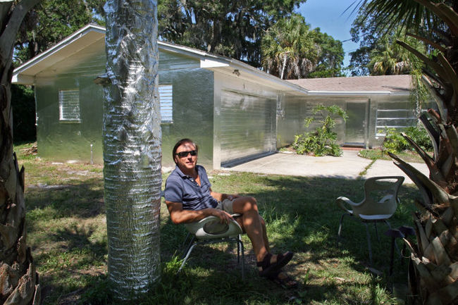 "Artist Piotr Janowski of Tarpon Springs, FL. wrapped his home in foil because he was ""inspired by Florida's beauty"". Photo via tampabay.com"