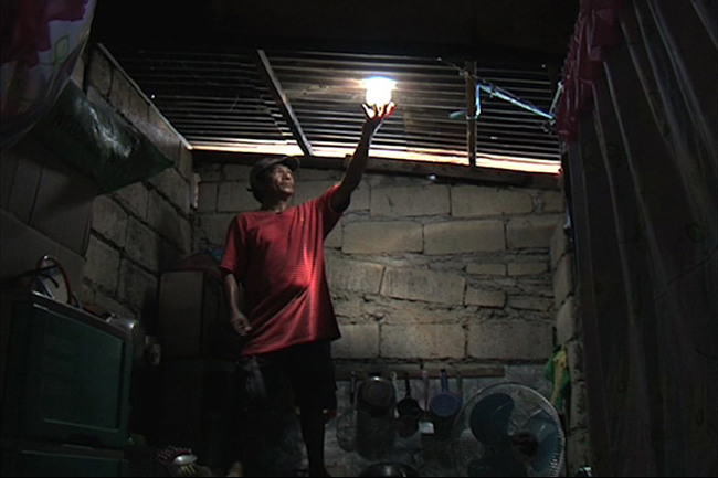 Liter of Light: Solar bottle bulb entrepreneur Mang Demi has already installed more than 10,000 lights in Manila (Photo: Jun de Leon)