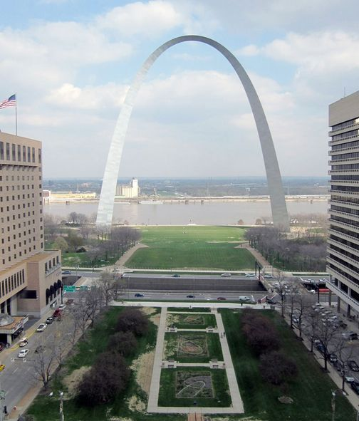 The project site in current state, with the I-70 dividing the Arch grounds and the rest of Downtown St. Louis. Photo courtesy of CityArchRiver via theatlanticcities.