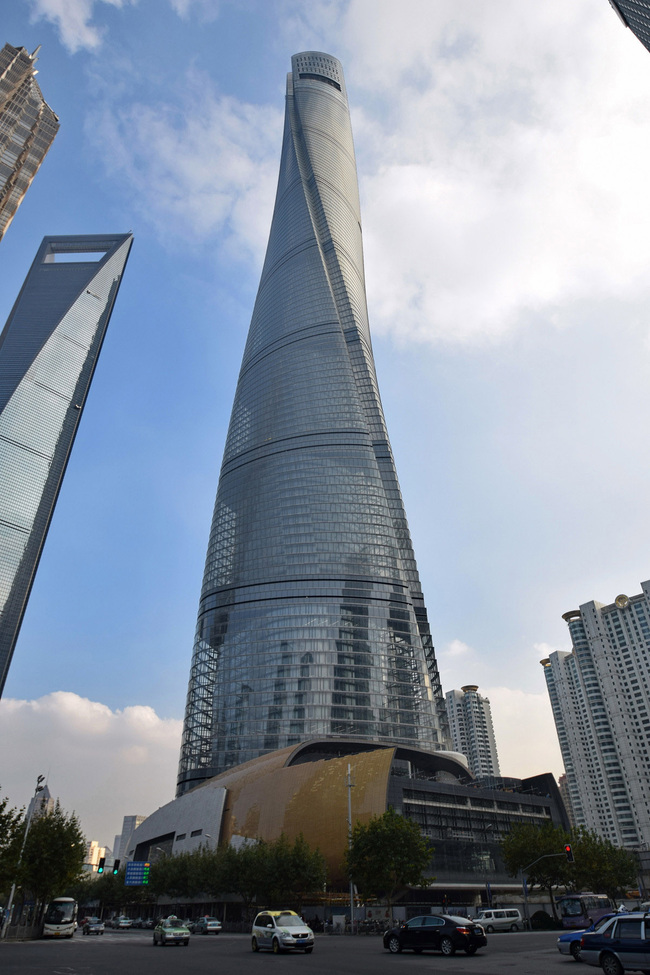 We already knew that Shanghai Tower was taaaaaall. A new commemorative signboard by the Council on Tall Buildings and Urban Habitat (CTBUH) in front of the building entrance now makes it official. (Photo © Baycrest.)