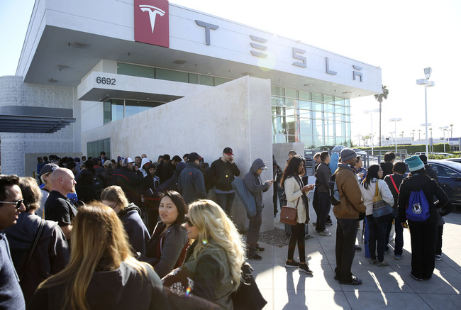 Model 3 pre-order line outside of a Tesla dealership. Image via vosizneias.com.