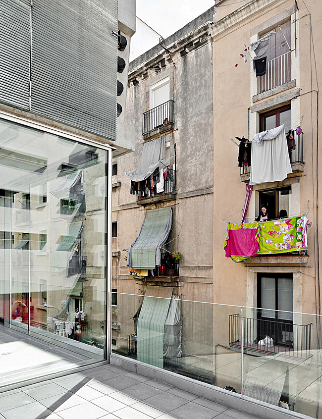 The Building and Espalter Street (Photo: Adrià Goula)