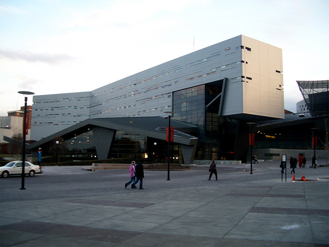 The University of Cincinnati Student Recreation Center (2006) which knits together a disparate campus through expansive curvilinear forms. (Image: Wikipedia)